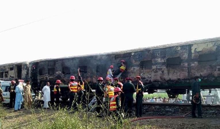 Pakistan'da tren faciası: 62 ölü
