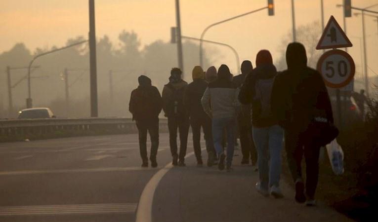 Göçmenler Avrupa'ya geçmek için sınıra yürüyor